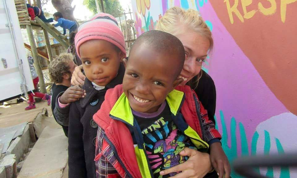 Intern with two children at Projekt Ubuntu Cape Town